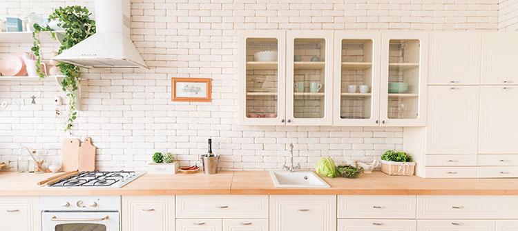 Почистване на горната част на кухненските шкафове